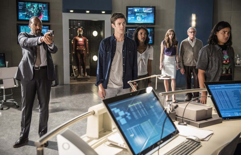 A New Picture of The Flash Cast Shows Them All Scared of Something!