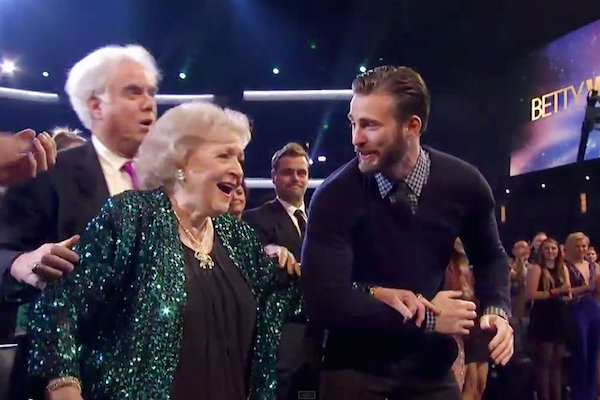 Awesome Chris Evans Jumps in and Escorts Betty White to the Stage at The People's Choice Awards
