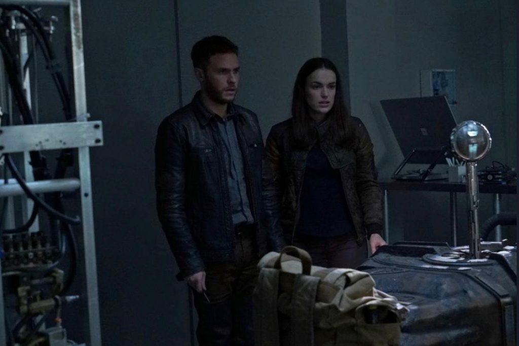 Still of Iain de Caestecker and Elizabeth Henstridge as a couple in Agents of S.H.I.E.L.D.