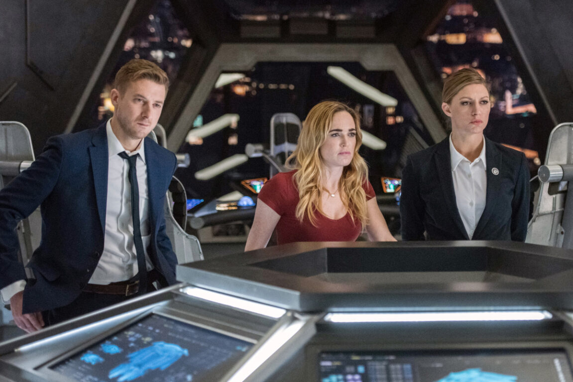 """Arthur Darvill as Rip Hunter, Caty Lotz as Sara Lance, Jes Macallan as Ava Sharpe on the bridge of the Wave Rider in Legends of Tomorrow s3e13 """"No Country for Old Dads"""""""