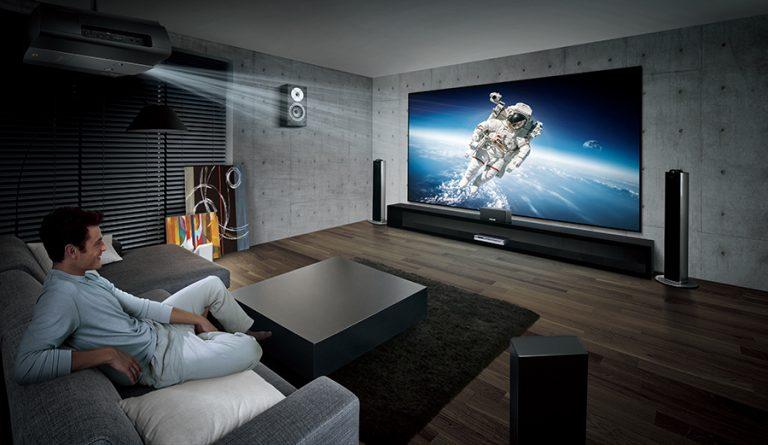 Многие предпочитают вместо обычного телевизора для просмотра фильмов использовать проекторы для домашнего кинотеатра.