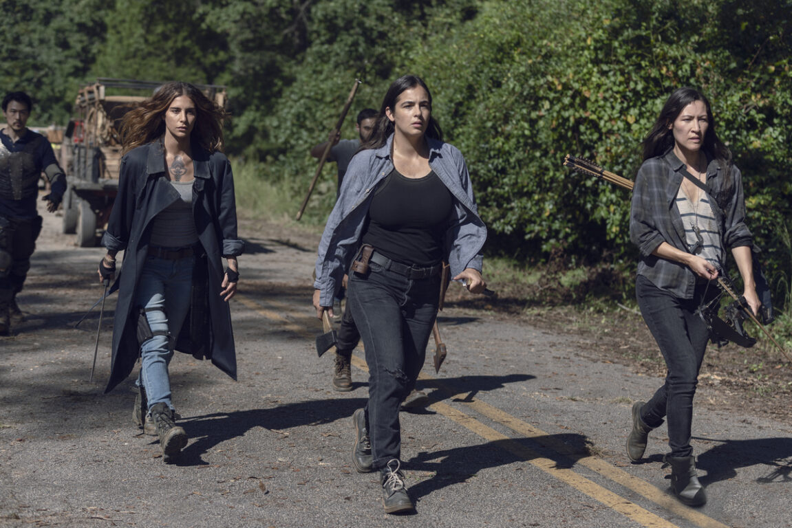 Tara leads a group against a herd of walkers on The Walking Dead, Chokelhold