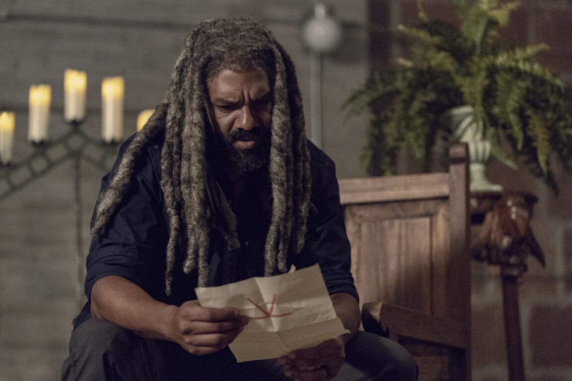 Ezekiel receives a threatening letter on The Walking Dead, Chokehold