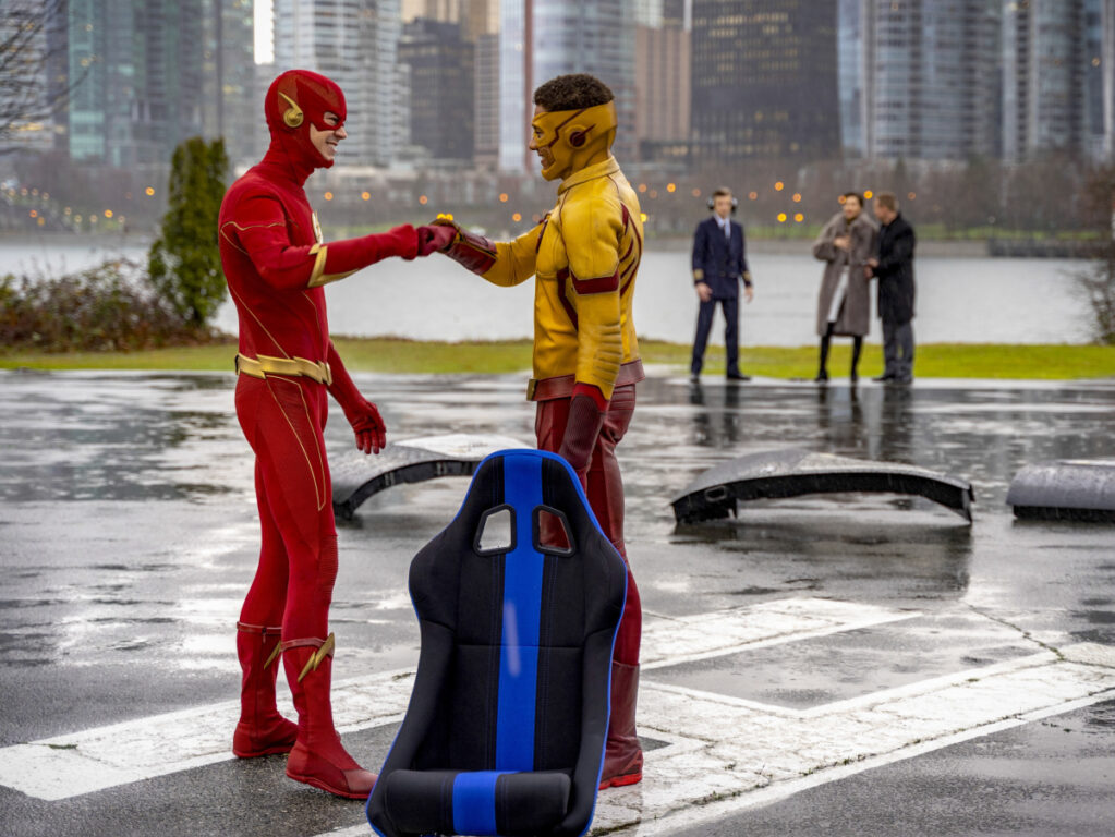 The Flash and Kid Flash team up to stop a villain