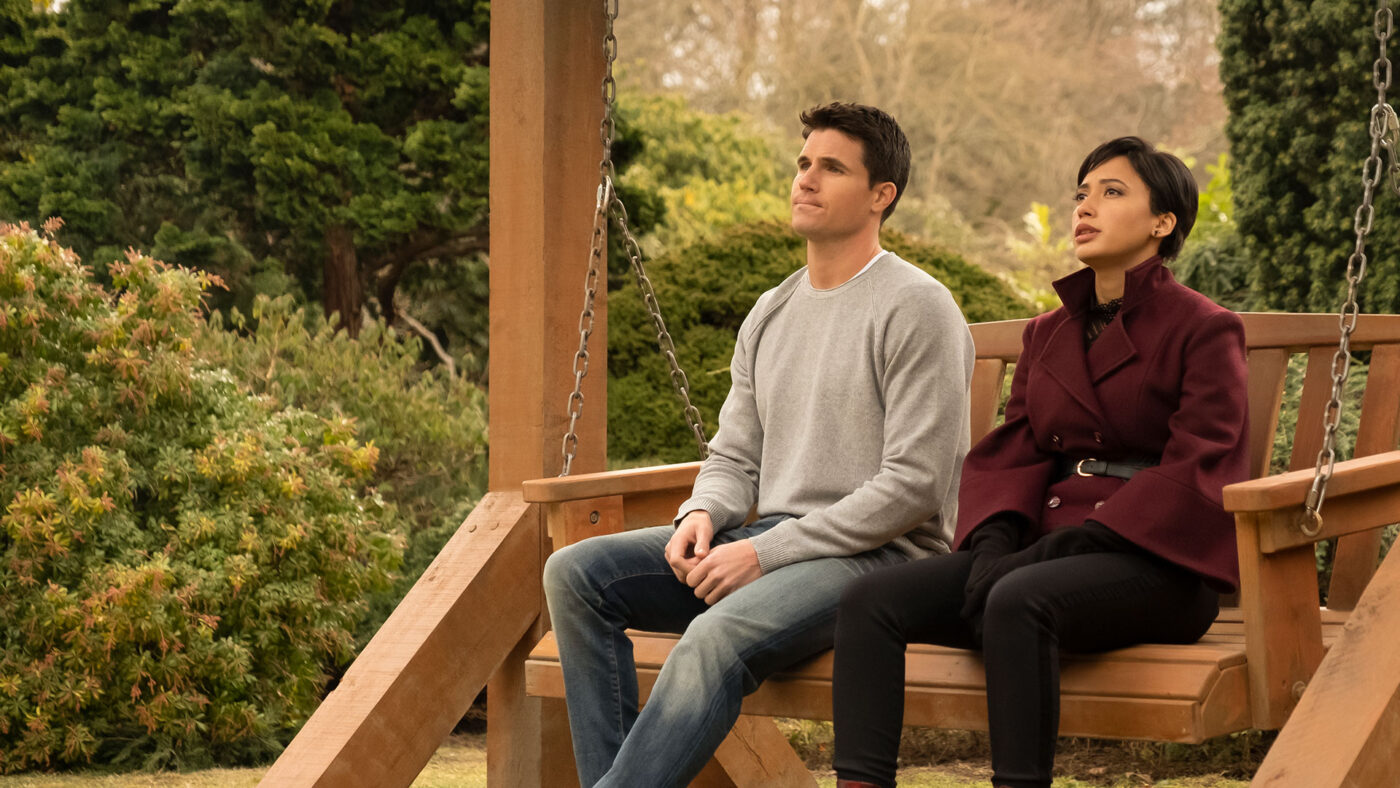 Nathan (Robbie Amell) and Nora (Andy Allo) in Horizen