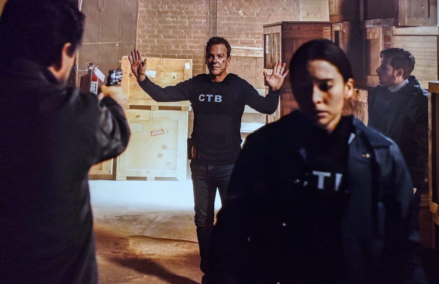 Kiefer Sutherland, Genesis Rodriguez, Daniel David Stewart in The Fugitive