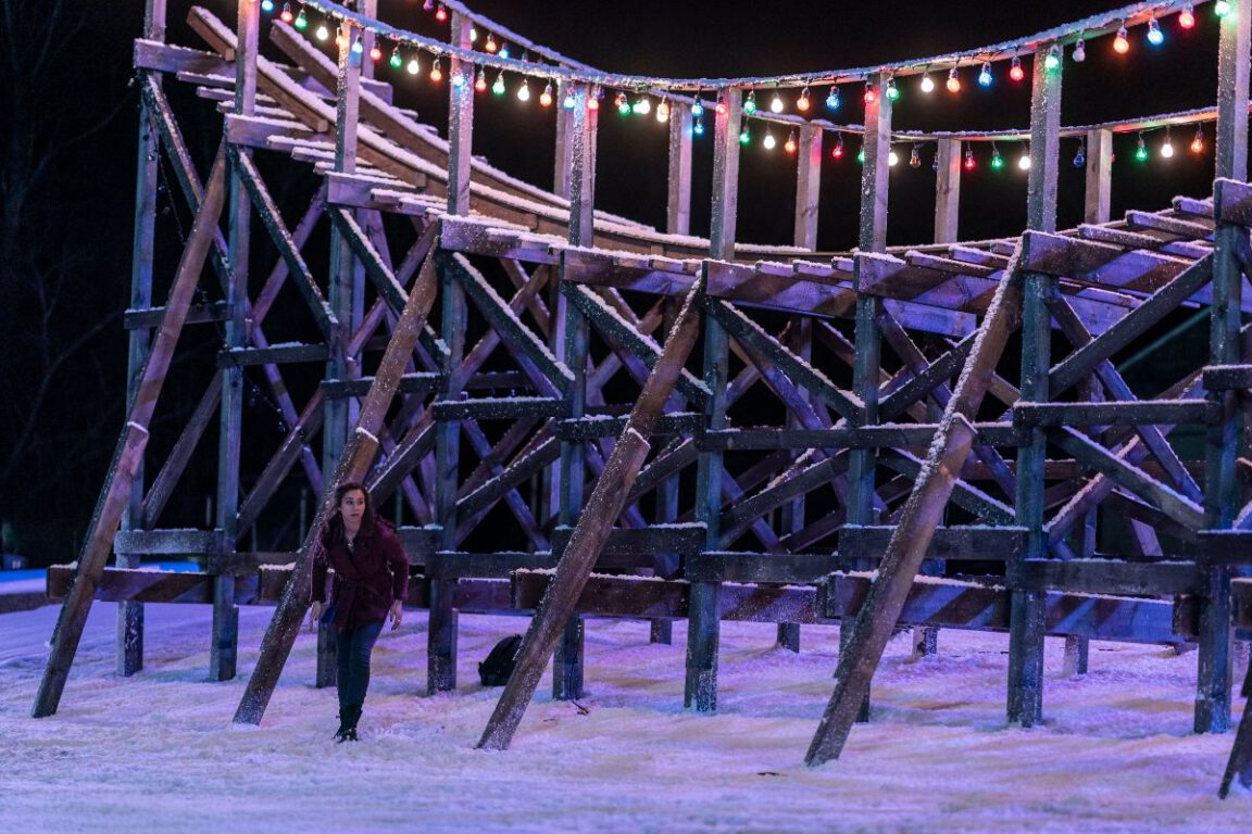 Maggie sets explosives around Christmas Land on NOS4A2