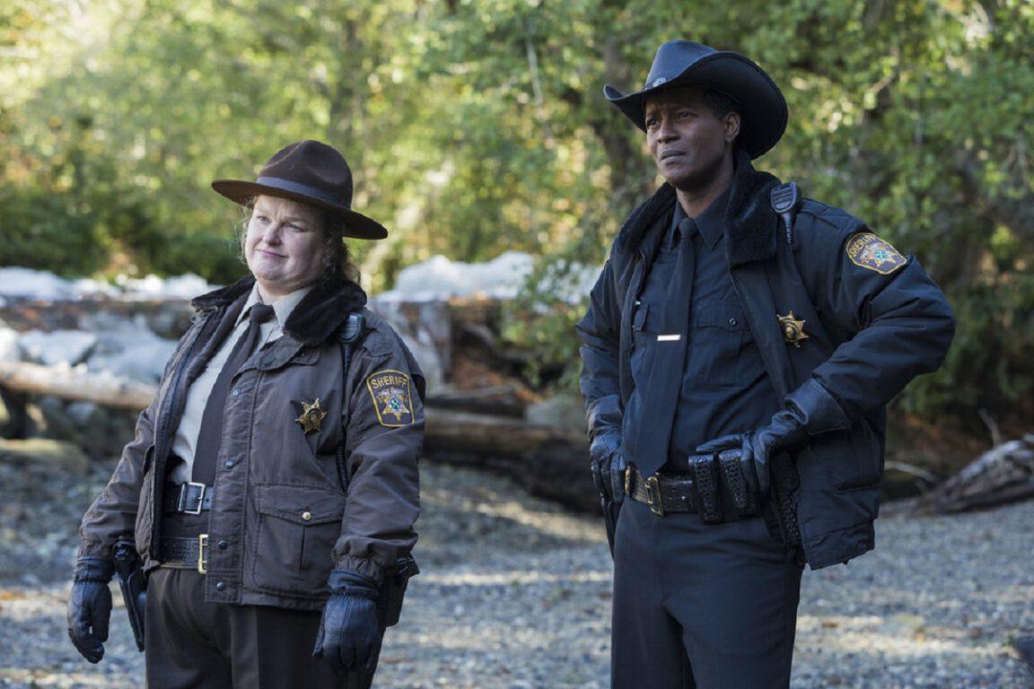 Still of Elizabeth Bowen and Corey Reynolds in Resident Alien.