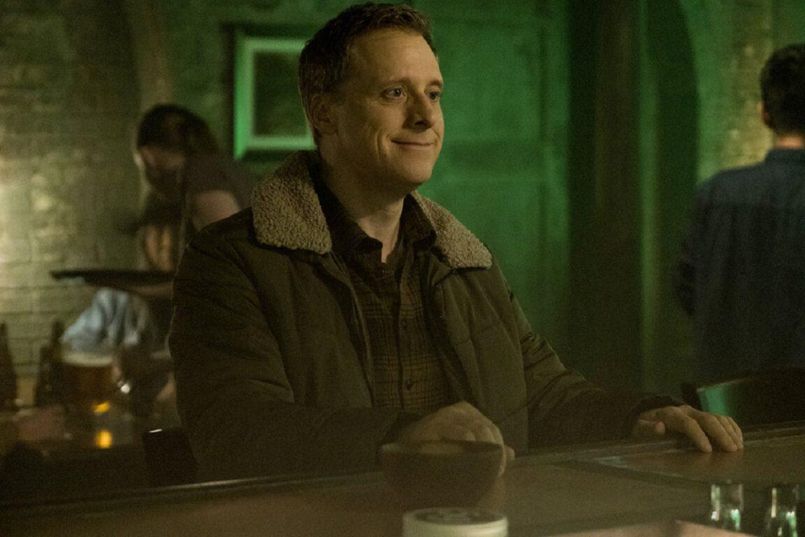 """Still of Alan Tudyk as Harry Vanderspeigle in Resident Alien episode """"Homesick."""""""