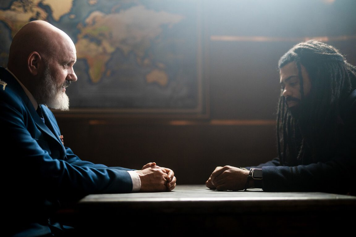"""Still of Mike O'Malley and Daveed Diggs in Snowpiercer episode """"The Eternal Engineer."""""""