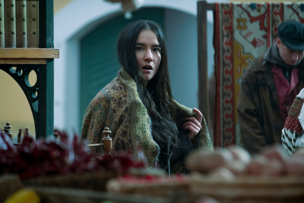 Alina stealing a blanket from the market in Shadow and Bone.