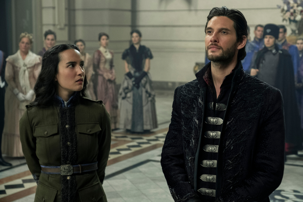 Alina and Kirigan meeting in front of the King.