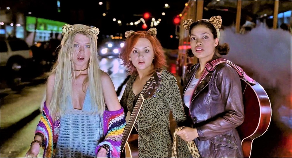 Still of Tara Reid, Rachael Leigh Cook, and Rosario Dawson in the movie Josie and the Pussycats.