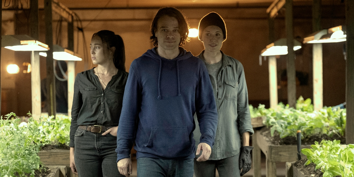 Riley gives Alicia and Al a tour of the Holding on Fear the Walking Dead