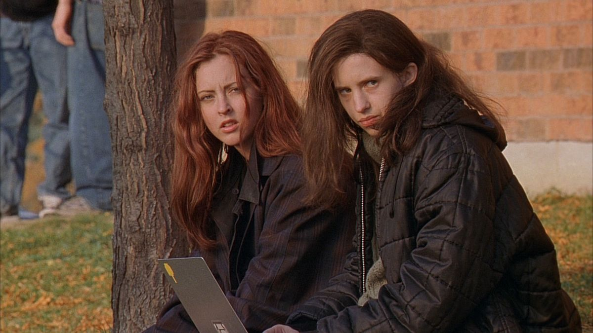 Still of Katharine Isabelle and Emily Perkins in Ginger Snaps.