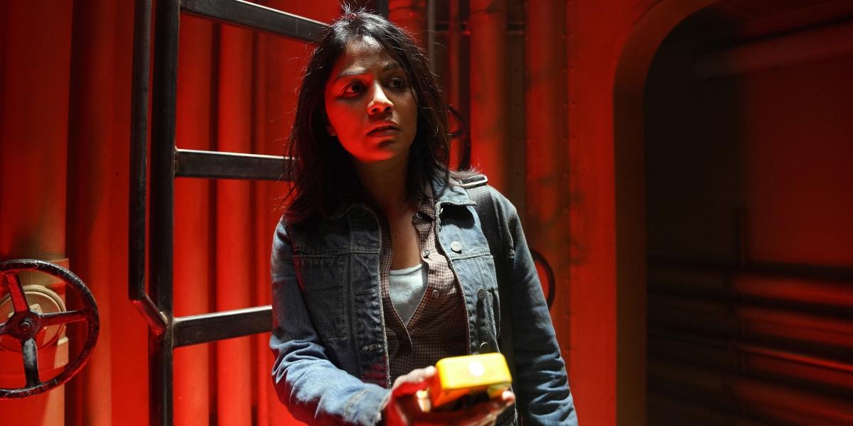 Grace measures the radiation levels on Fear the Walking Dead