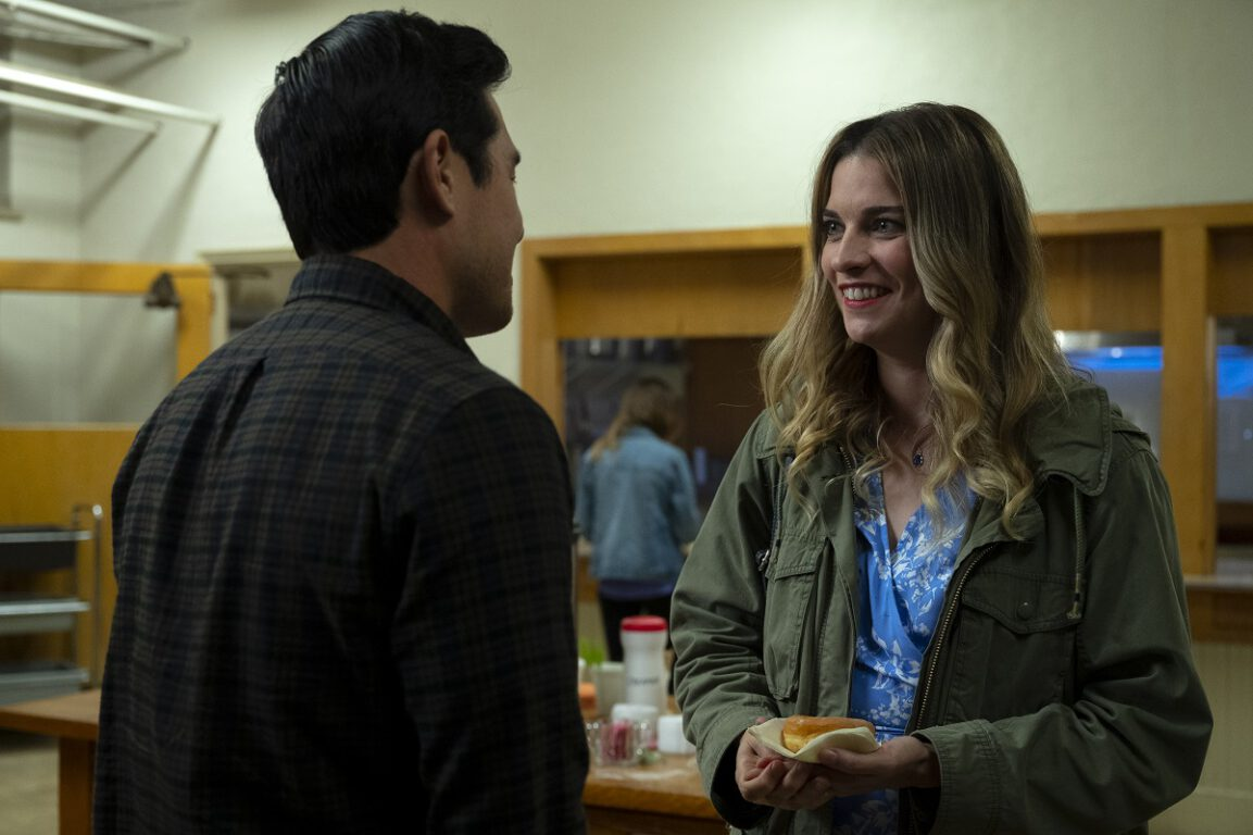 """Still of Raymond Lee and Annie Murphy in the Kevin Can F Himself episode """"We're Selling Washing Machines."""""""