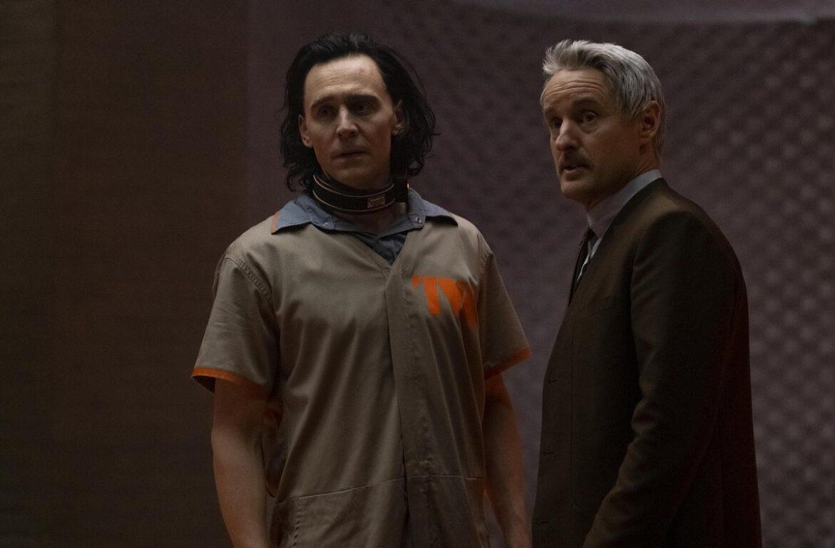 Still of Tom Hiddleston and Owen Wilson.