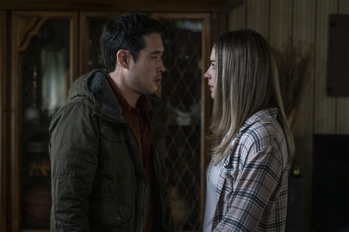 """Still of Raymond Lee and Annie Murphy in the Kevin Can F Himself episode """"Fixed."""""""