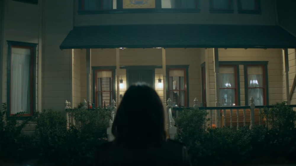 Sidney standing in front of Stu's house in the Scream (2022) trailer.